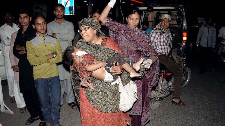 Un enfant blessé dans l'attentat de Lahode au Pakistan est amené à l'hôpital. L'attentat du 27 mars, jour de Pâques, a fait plus de 70 morts. Il visait la communauté chrétienne. (ARIF ALI / AFP)