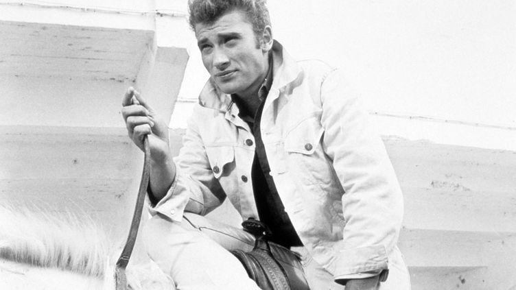 """Avec un look """"James Dean"""", Johnny Hallyday joue dans """"D'où viens-tu Johnny"""", en 1964. (HOCHE PRODUCTIONS / LES PRODUCTIONS DE LA GUEVILLE / AFP)"""