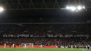 Une banderole lors du match Nice-Marseille du 28 août 2019, interrompu par l'arbitreà cause de chants et banderoles homophobes. (VALERY HACHE / AFP)