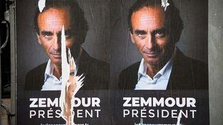 """Des affiches """"Zemmour président"""" placardées à Paris et photographiées le 29 juin2021. (LUDOVIC MARIN / AFP)"""