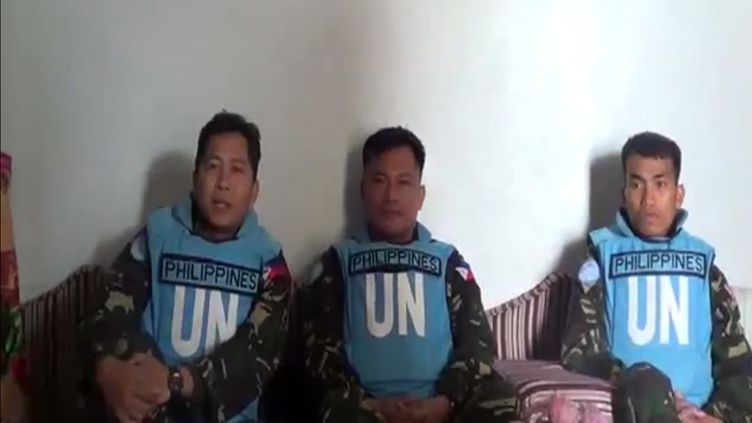 Capture d'écran de la vidéo des observateurs philippins de l'ONU, mise en ligne par les rebelles syriens qui les ont capturés, le 7 mars 2013. (YOUTUBE / AFP)