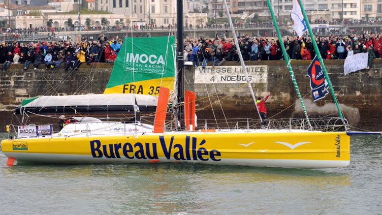 """Le monocoque """"Bureau Vallée"""" du skipper français Louis Burton, au départ du VendéeGlobe, aux Sables-d'Olonne, le 10 novembre 2012. (FRED TANNEAU / AFP)"""