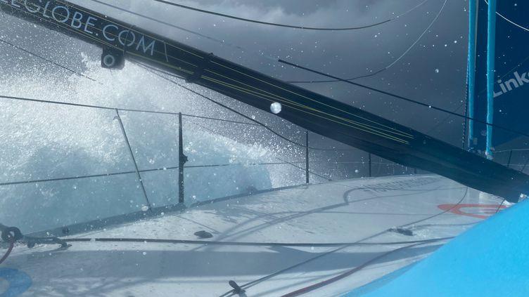 """Le bateau de Thomas Ruyant """"LinkedOut"""" face aux éléments, 3 janvier 2021 lors du Vendée Globe. (THOMAS RUYANT / LINKEDOUT)"""
