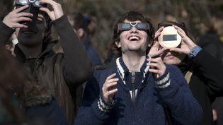 Des spectateurs observent l'éclipse de soleil, à Strasbourg (Bas-Rhin), le 20 mars 2015. (FREDERICK FLORIN / AFP)
