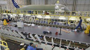 Un ouvrier près de la chaîne de montage d'un Airbus Beluga XL, le 20 mars 2018 à Blagnac (Haute-Garonne). (PASCAL PAVANI / AFP)