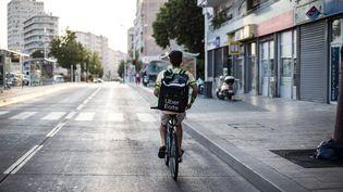 Un livreur travaillant pour l'application de livraison de repas Uber Eats à Toulon (Var), le 21 juillet 2019. (FRANCK BESSIERE / HANS LUCAS / AFP)