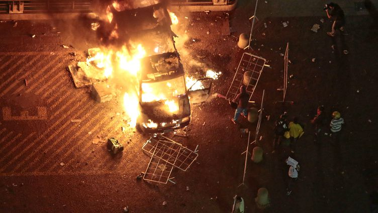 Un camion de la télévision incendié par des manifestants, à Sao Paulo (Brésil), le 18 juin 2013. (MIGUEL SCHINCARIOL / AFP)