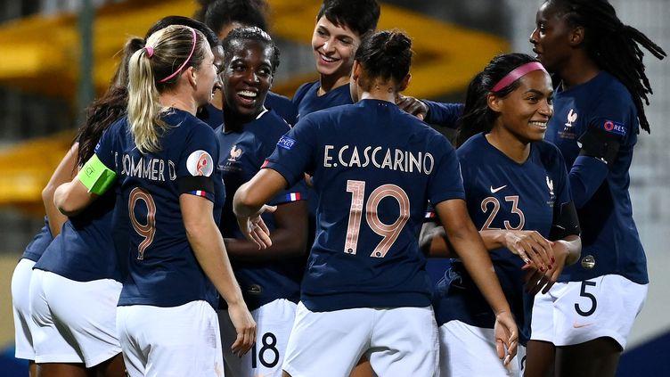 Les joueuses de l'équipe de France féminine de football fêtent un but de Viviane Asseyi face à la Macédoine du Nord, le 23 octobre 2020 à Orléans (Loiret). (FRANCK FIFE / AFP)