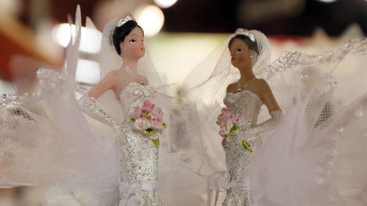 Deux figurines en robe de mariée, à Paris le 12 octobre 2012. (KENZO TRIBOUILLARD / AFP)
