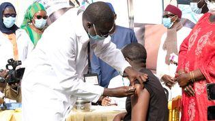 Le ministre de la Santé sénégalais,Abdoulaye Diouf Sarr, reçoit une dose de vaccin contre le Covid-19, mardi 23 février 2021, à Dakar. (NATHANAEL CHARBONNIER / FRANCE-INFO)