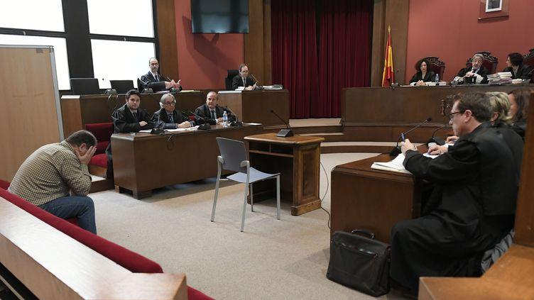L'ancien professeur Joaquin Benitez (à gauche), jeudi 25 avril 2019 lors de son procès à Barcelone (Espagne). (LLUIS GENE / AFP)
