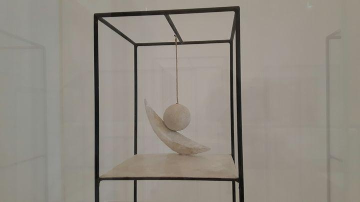 """La """"Boule suspendue"""" de Giacometti, exposée au musée Picasso à Paris. Le 23 décembre 2016. (ANNE CHÉPEAU /franceinfo)"""