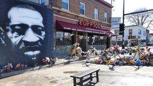 Le portrait de George Floyd trône aujourd'huià l'angle de la 38e et deChicagoavenueà Minneapolis, où il a été tué lors d'une interpellation par la police. (CLAUDE GUIBAL / RADIO FRANCE)