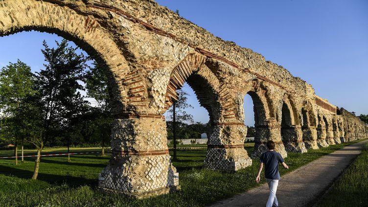 """L'aqueduc du Gier (Rhône) faitpartie des """"18 sites emblématiques"""" sélectionnés pour bénéficier en priorité des gains générés par le Loto du patrimoine. (PHILIPPE DESMAZES / AFP)"""
