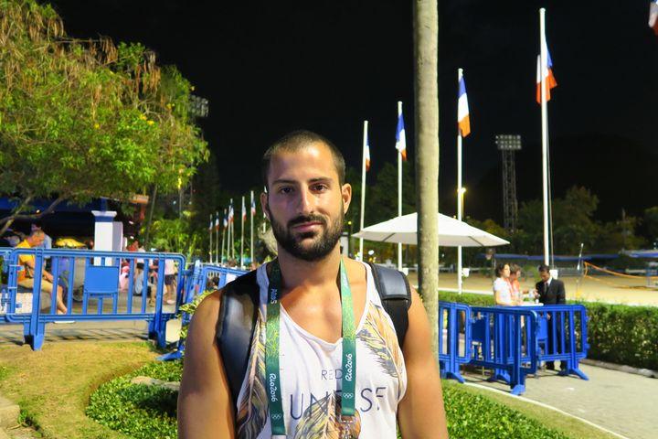Ugo Crousillat, membre de l'équipe de France de water-polo au Club France de Rio de Janeiro (Brésil), le 17 août 2016. (PIERRE GODON / FRANCETV INFO)