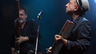 Le chanteur du groupe Lo'Jo Denis Péan lors d'un concert en 2017, à Angers. (JOSSELIN CLAIR / MAXPPP)