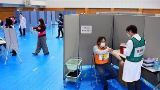 Un entrainement à la vaccination au Japon, le 12 février 2021. (SHINTARO NAKANE / YOMIURI / AFP)