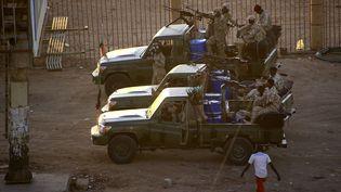 Des membres des services de sécurité ont tiré des coups de feu en l'air le 14 janvier 2020. (ASHRAF SHAZLY / AFP)