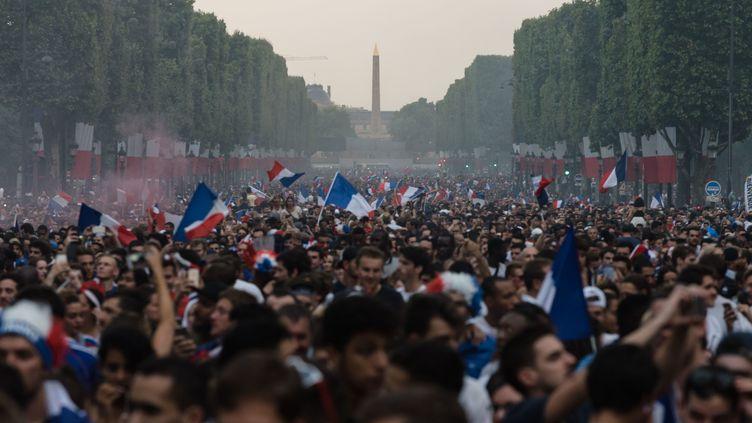Des supporters célébrent la victoire de la France en Coupe du monde; le 15 juillet 2018 à Paris. (SAMUEL BOIVIN / CROWDSPARK / AFP)