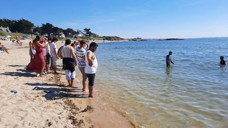 Première sortie sur la plage pour les 88 réfugiés Afghans de Piriac-sur-Mer en Loire-Atlantique, le 5 septembre 2021. (AGATHE MAHUET / RADIO FRANCE)