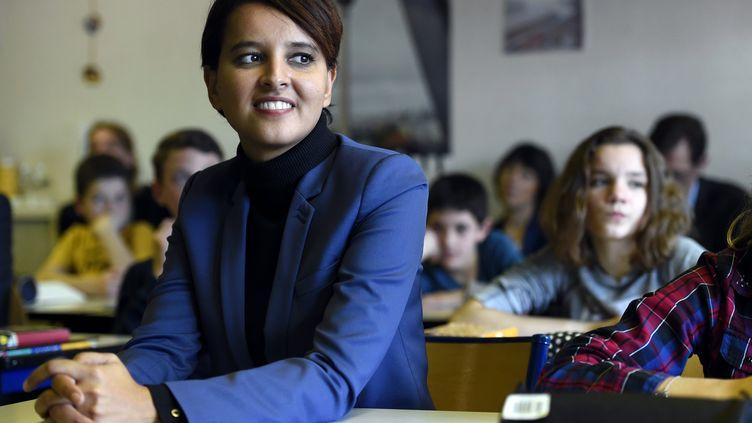 La ministre de l'Education nationale, Najat Vallaud-Belkacem, lors de la visite d'une classe de sixième bilangue au collège Vincent-VanGogh à Blénod-lès-Pont-à-Mousson (Meurthe-et-Moselle) le 5 octobre 2015. (MAXPPP)