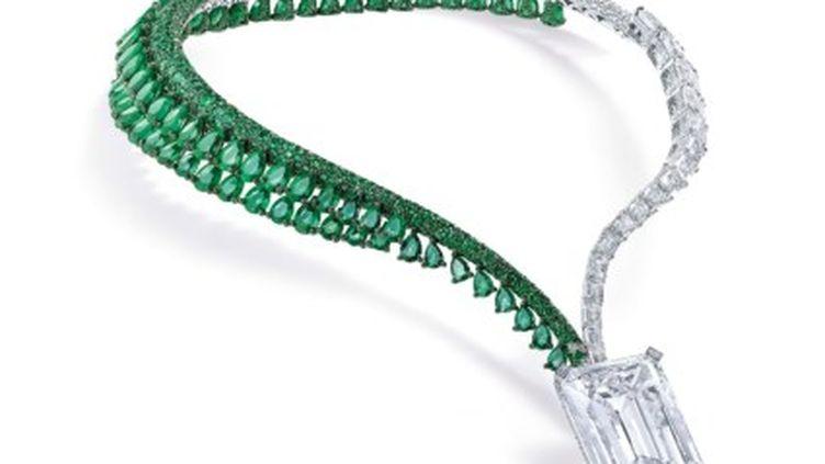 """Ce diamant, le plus gros jamais mis aux enchères, est suspendu à un collier d'émeraudes et de diamants appelé """"The Art of Grisogono"""". (CHRISTIES)"""