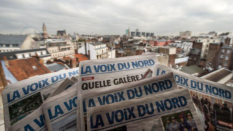 """Descexemplaires du journal """"La Voix du Nord"""", le 10 janvier 2017. (PHILIPPE HUGUEN / AFP)"""