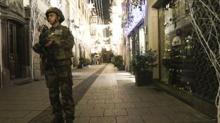 Un soldat français à Strasbourg (Bas-Rhin) après le déclenchement d'une fusillade, le 11 décembre 2018. (ELYXANDRO CEGARRA / ANADOLU AGENCY / AFP)