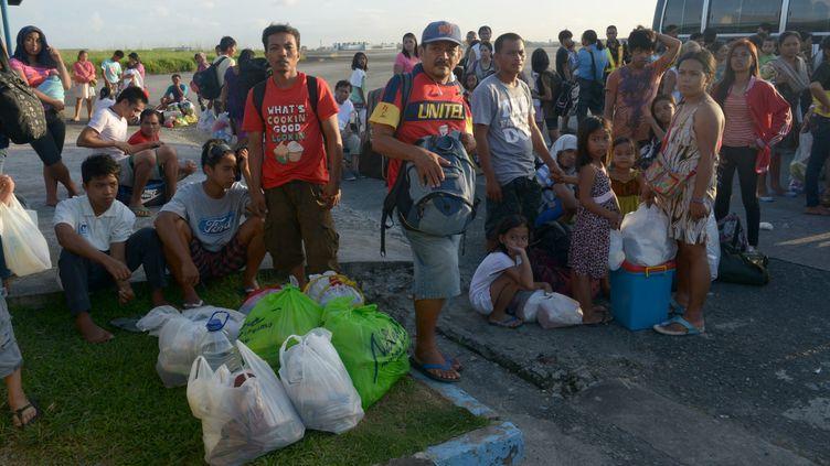 Des réfugiés venus de la ville de Tacloban, ravagée par le typhon, à Manille (Philippines), le 12 novembre 2013. (JAY DIRECTO / AFP)