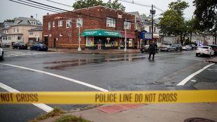 Des policiers du FBI enquêtent sur les lieux où ont été retrouvés des engins explosifs à Elizabeth (New Jersey), le 19 septembre 2016. (DREW ANGERER / AFP)