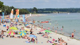 Des vacanciers sur une plage de Bretagne (JONATHAN KONITZ / MAXPPP)