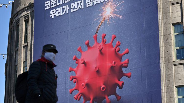Uneaffiche de prévention contre le Covid-19 à Séoul, le 8 décembre 2020. Photo d'illustration. (JUNG YEON-JE / AFP)