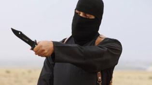 """Une capture d'écran de Mohammed Emwazi, connu sous le nom de """"John le jihadiste"""", datant de 2014. (EYEPRESS NEWS / AFP)"""