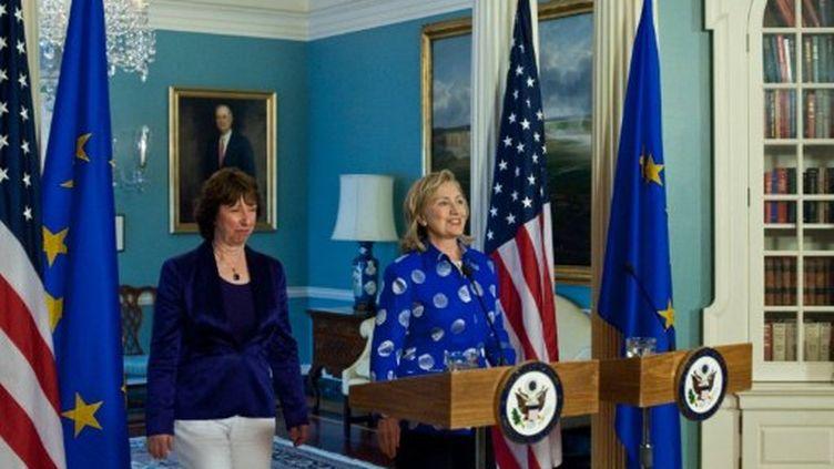 A Washington, Hillary Clinton (à droite) et la chef de la Diplomatie de l'UE Catherine Ashton, le 11 juillet 2011. (AFP/Nicholas KAMM)