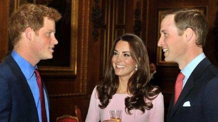 Le prince William et sa femme Kate, duchesse de Cambridge, en compagnie du prince Harry (à gauche), en 2013. (AFP)