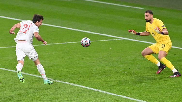 Le gardien italien Gianluigi Donnarumma face à Mikel Oyarzabal, le 6 juillet 2021 à Wembley. (FACUNDO ARRIZABALAGA / AFP)