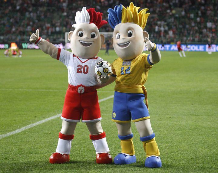 Slavek (à gauche) et Slavko (à droite), les mascottes de l'Euro 2012 lors du match amical entre la Pologne et la France à Varsovie, le 9 juin 2011. (PETER ANDREWS / REUTERS)