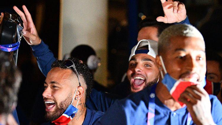 Neymar, Kurzawa et Kimpembe célèbrent la qualification en finale de Ligue des champions (FRANCK FIFE / AFP)