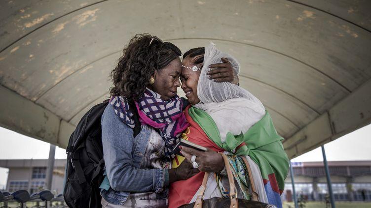 Deux sœurs de la diasporaérythréenne réunies après 20 ans de séparation à Asmara, la capitale du pays. 19 juillet 2018 (STRINGER / AFP)