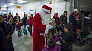 Des enfants rencontrent le père Noël près de Berlin (Allemagne), 24 décembre 2018. (JOHN MACDOUGALL / AFP)