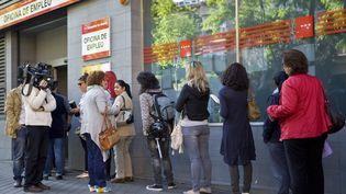 Devant le Pole Emploi espagnol, le 4 juin 2013. (SEBASTIEN BERDA / AFP)