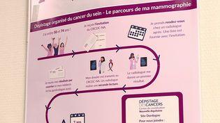 """La Tour Eiffel s'est éclairée en rose vendredi 1er octobre afin de marquer le début de la campagne annuelle de dépistage du cancer du sein. Lors du mois """"octobre rose"""", une collecte de fonds et des événements auront lieu partout en France. (CAPTURE ECRAN / FRANCEINFO)"""