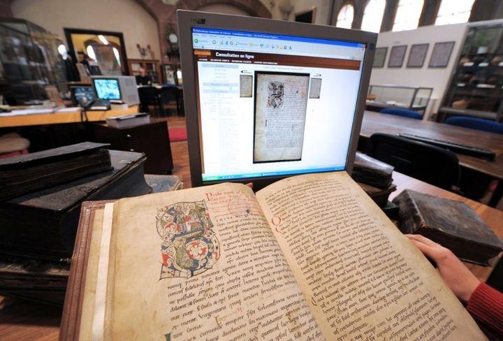 Bibliothèque humaniste de Sélestat les ouvrages consultables sur ordinateur par soucis de conservation et d'accessibilité  (PATRICK HERTZOG / AFP)