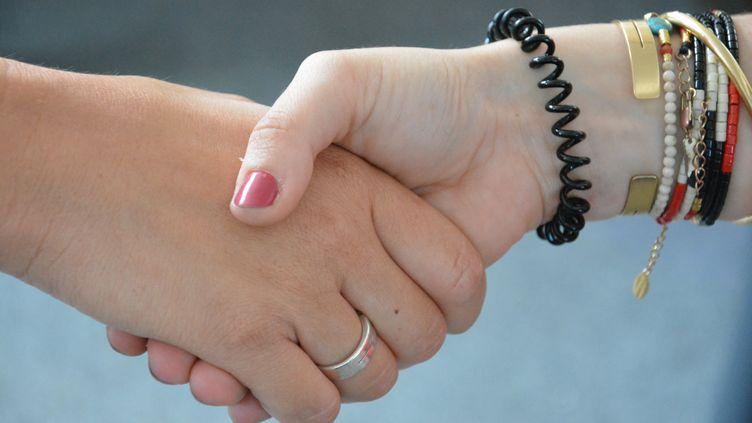 Deux femmes se serrent la main. (JEAN-CHRISTOPHE BOURDILLAT / RADIO FRANCE)