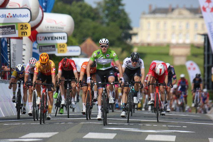 Arnaud Démare (en vert) sur les Boucles de la Mayenne, le 29 mai 2021. (LAURENT LAIRYS / DPPI / AFP)