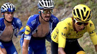 Egan Bernal avec le maillot jaune sur les épaules devant le Français JulianAlaphilippe, le 27 juillet 2019, dans la 20e étape entre Albertville et Val Thorens. (JEFF PACHOUD / AFP)