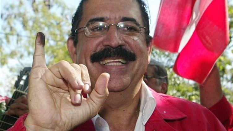 Manuel Zelaya (parti libéral) vote en 2005 (© AFP Elmer Martinez)