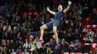 Renaud Lavillenie batle record du monde de saut à la perche en salleenfranchissant 6,16 mètres dès son premier essai, le 15 février 2014, à Donetsk (Ukraine). Sergueï Bubka, présent dans le stade, en était le détenteur depuis 21 ans. (REUTERS)