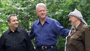 Le Premier ministre israélien Ehud Barak, le président américain Bill Clinton et le président Yasser Arafat à Camp David aux Etats-Unis pour des négociations qui échouèrent. (STEPHEN JAFFE / AFP FILES / AFP)