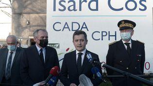 Le ministre de l'Intérieur, Gérald Darmanin (à droite) lors d'un point-presse après l'agression mortelle d'un homme à Pau (Pyrénées-Atlantiques), avec le maire de la ville, François Bayrou, le 19 février 2021. (IROZ GAIZKA / AFP)